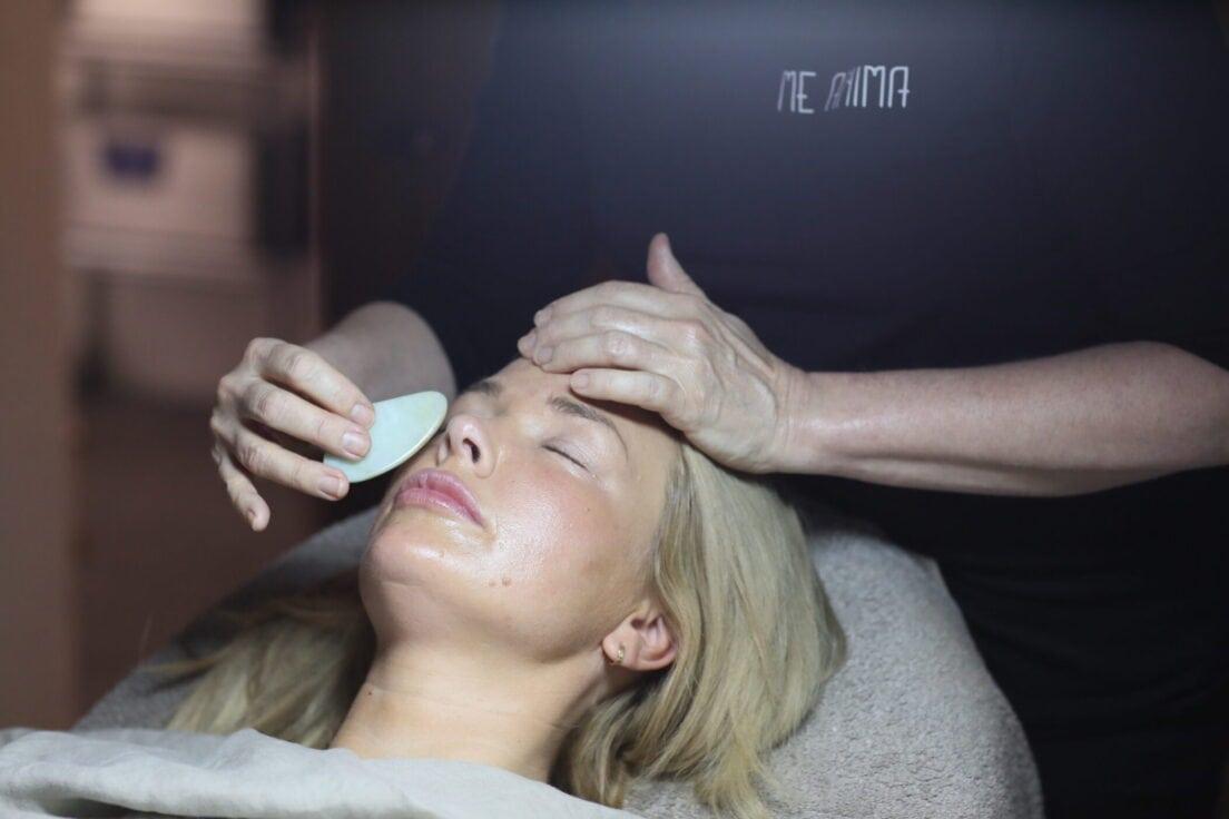 Katties Åkesson Me Anima utför Guasha massage på My Martens. Fotograf Jenny Gunnarson