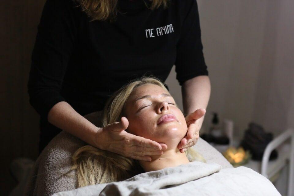Gua Sha massage för anti-ageing med My Martens på bilderna